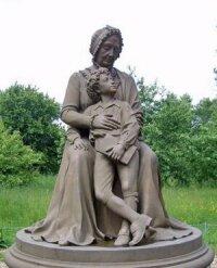 Памятник Пушкину с бабушкой. с.Захарово (скульптор А.Козинин)